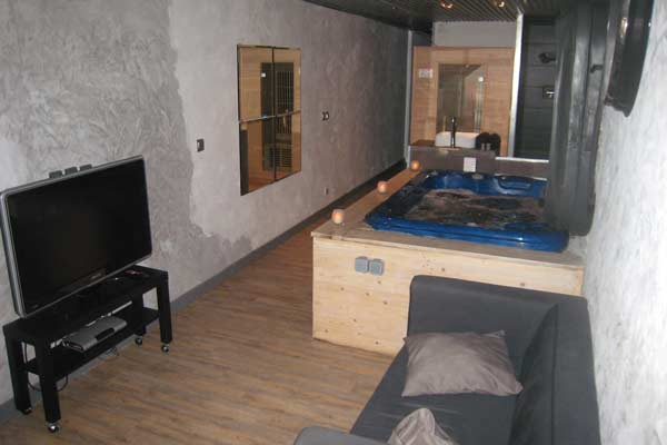 chambre de charme avec jacuzzi privatif et sauna au centre. Black Bedroom Furniture Sets. Home Design Ideas
